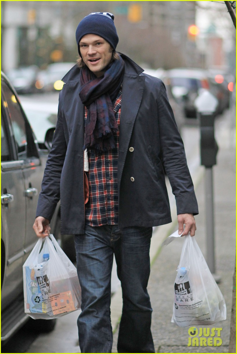 jared padalecki carries groceries 012615726