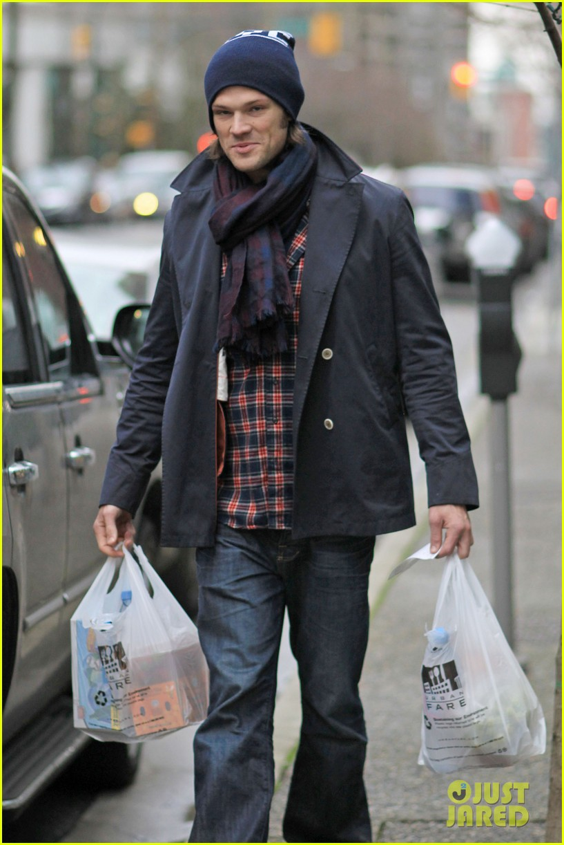 jared padalecki carries groceries 032615728