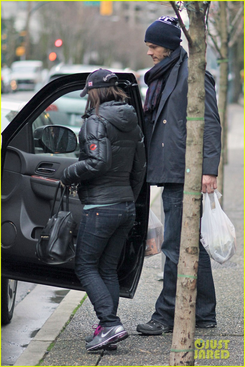 jared padalecki carries groceries 042615729