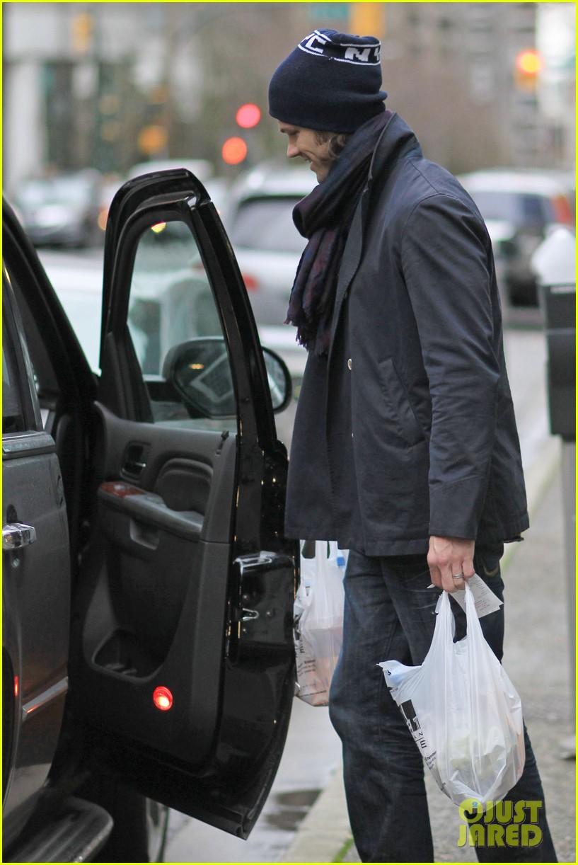 jared padalecki carries groceries 052615730