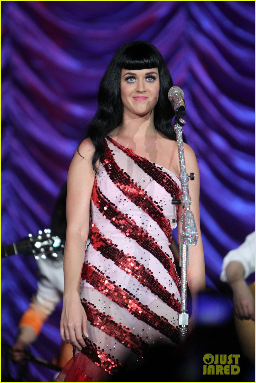 katy perry first post divorce announcement performance 022620089