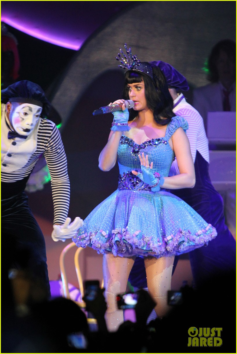 katy perry first post divorce announcement performance 032620090