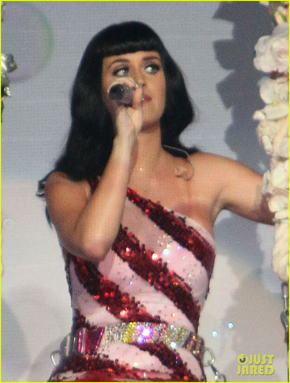 katy perry first post divorce announcement performance 04
