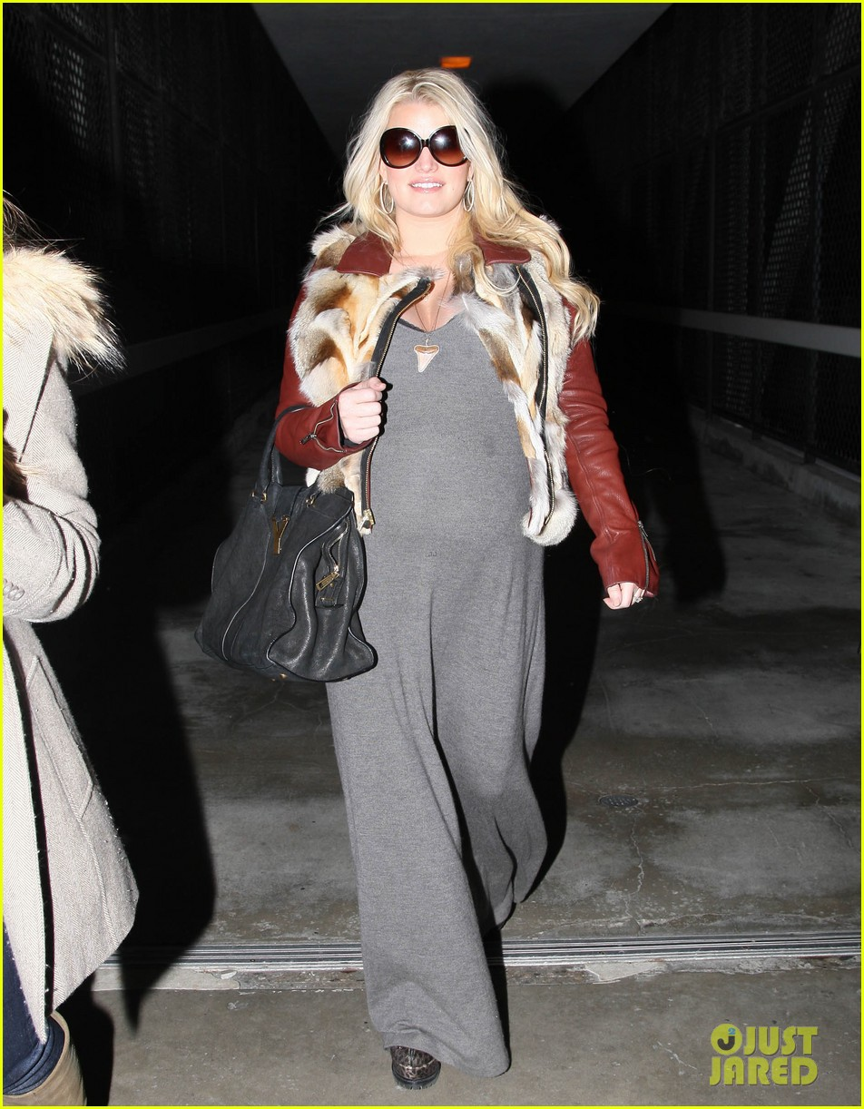 jessica simpson lax arrival with ashlee 012619003