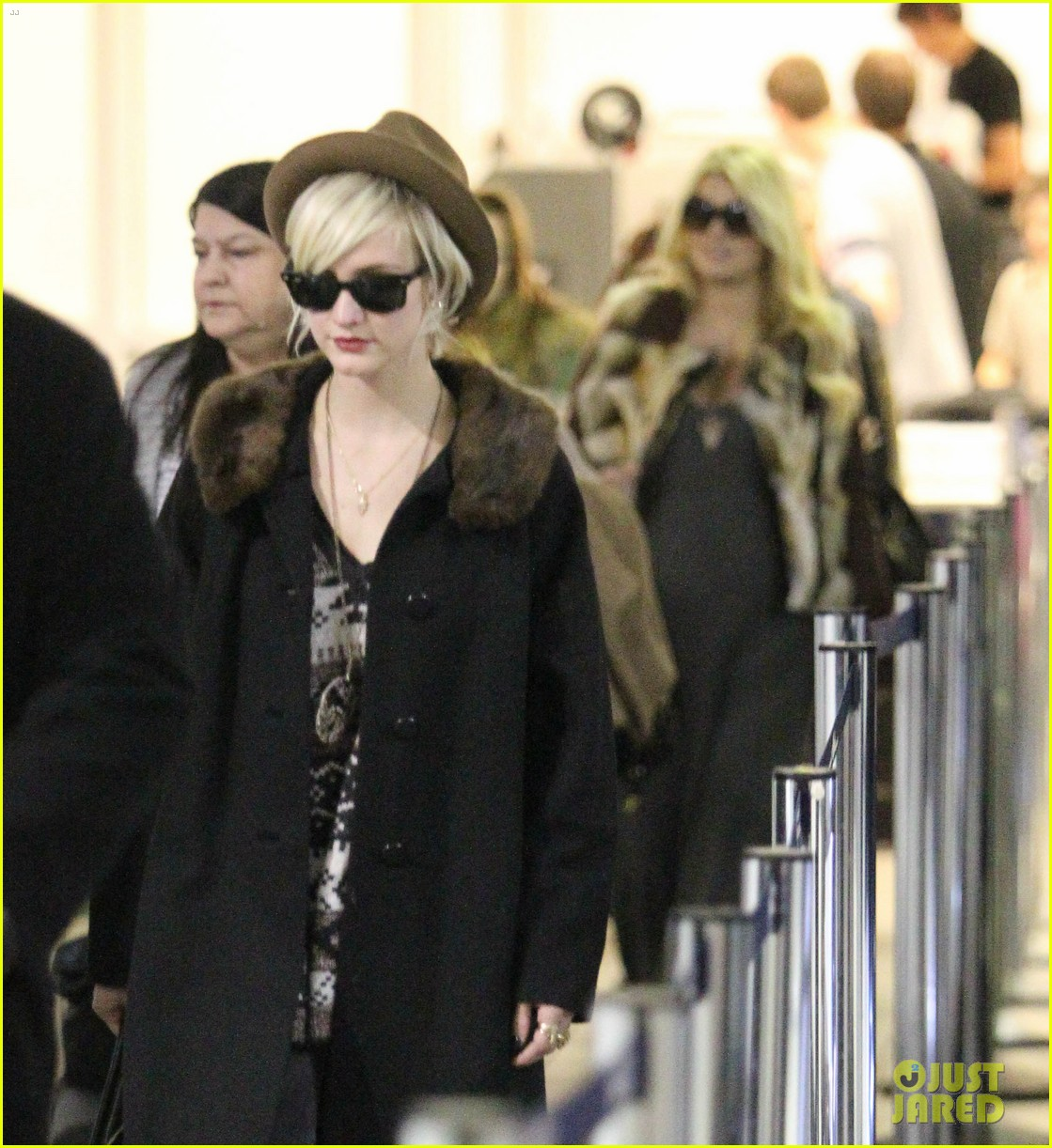 jessica simpson lax arrival with ashlee 022619004