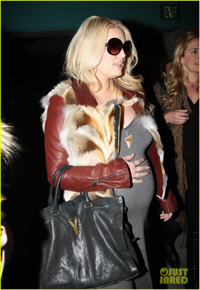 jessica simpson lax arrival with ashlee 082619010