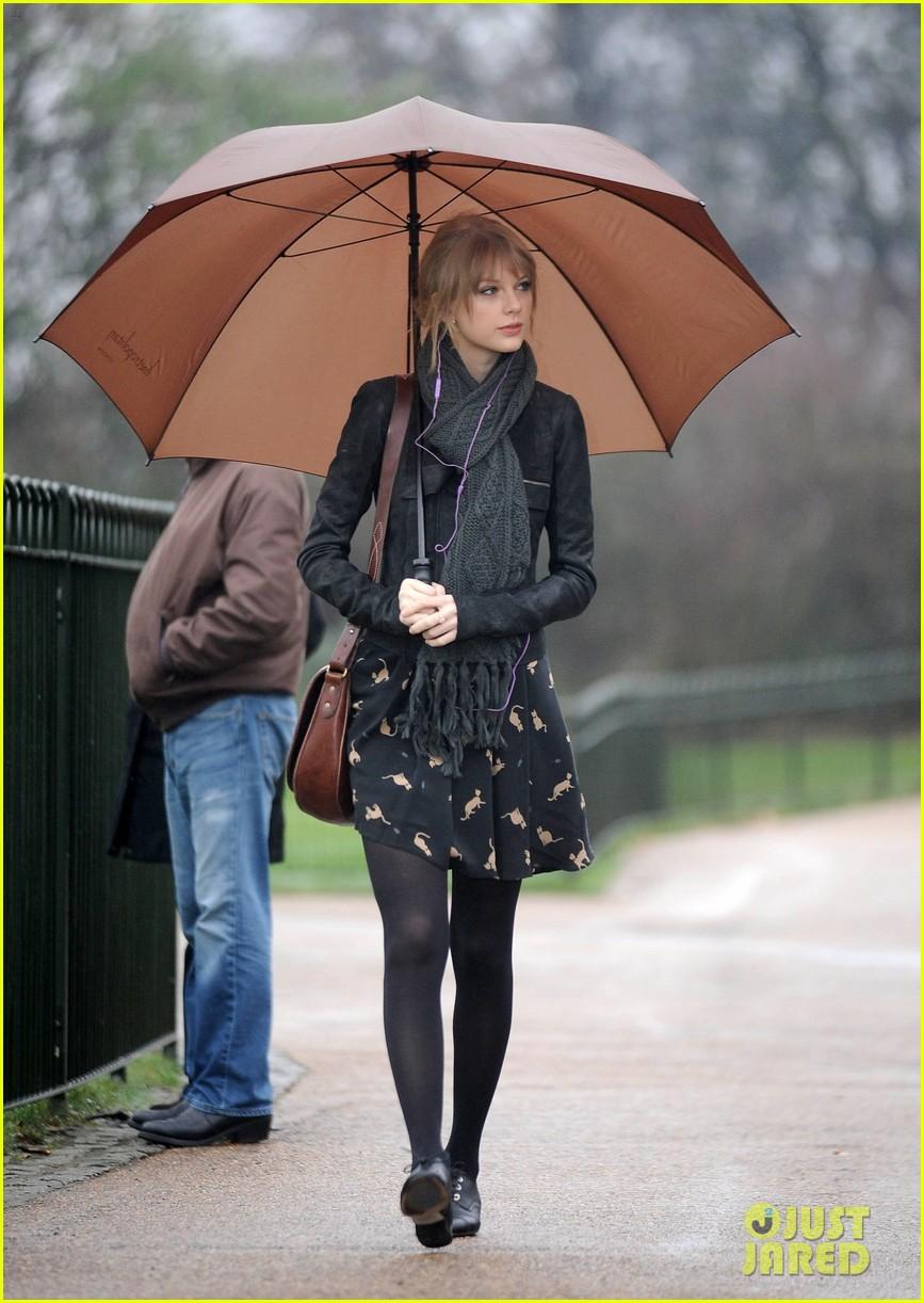 taylor swift umbrella london 012621536
