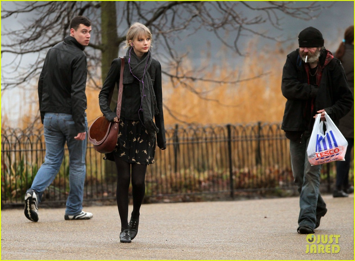 taylor swift umbrella london 032621538