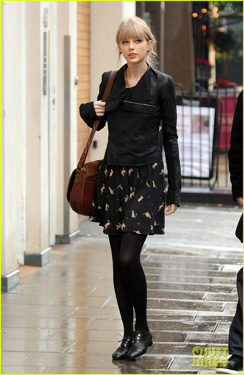 taylor swift umbrella london 052621540