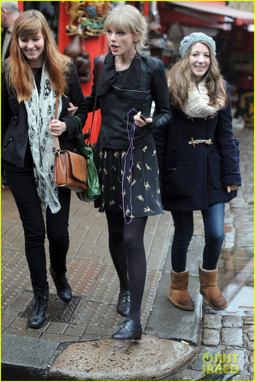 taylor swift umbrella london 092621544