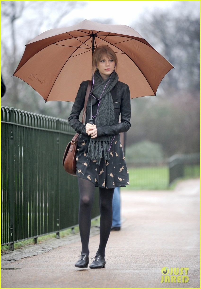 taylor swift umbrella london 102621545
