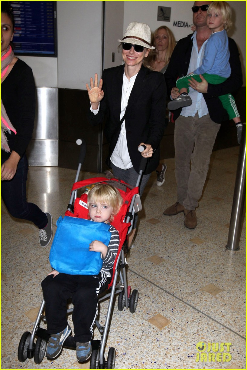 naomi watts liev schreiber sydney arrival with the boys 012621760