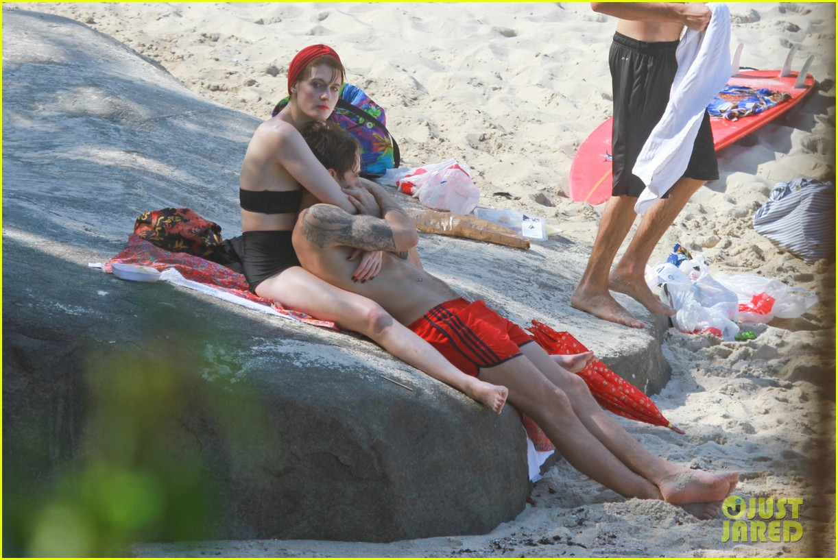 florence welch hits the beach with new boyfriend 29