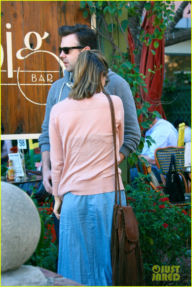 olivia wilde jason sudeikis hug 12