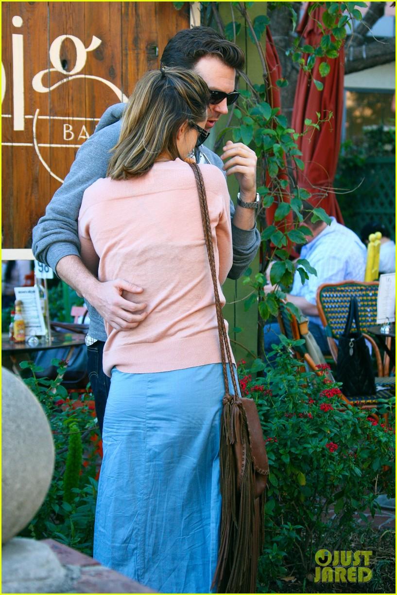 olivia wilde jason sudeikis hug 15