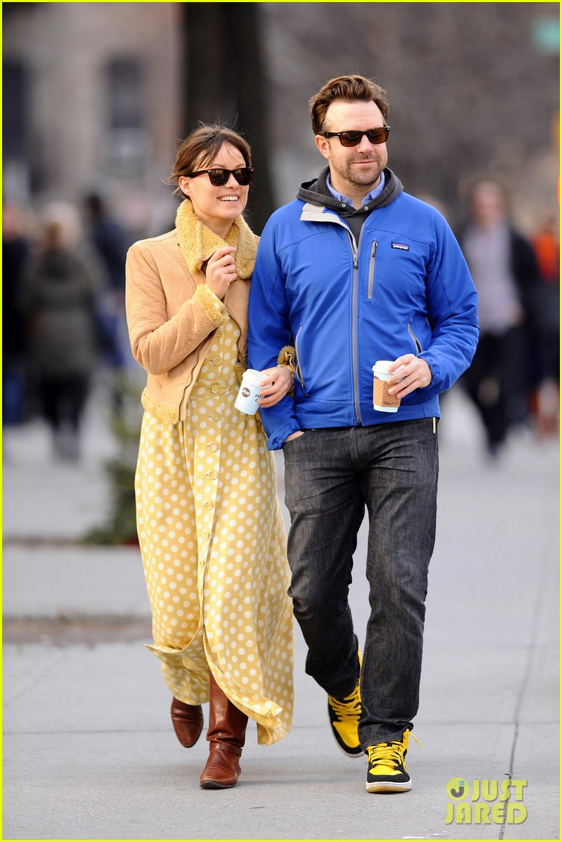 olivia wilde jason sudeikis new years day stroll 082613935