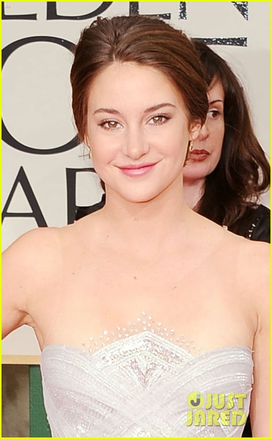 shailene woodley 2012 golden globes red carpet 05