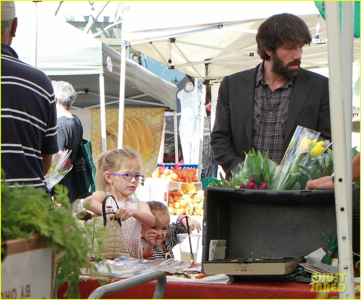 ben affleck daughters farmers market 012625811
