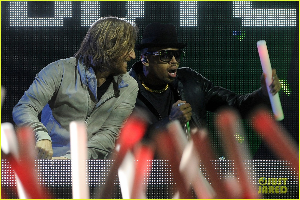 chris brown david guetta grammy performance 012628512