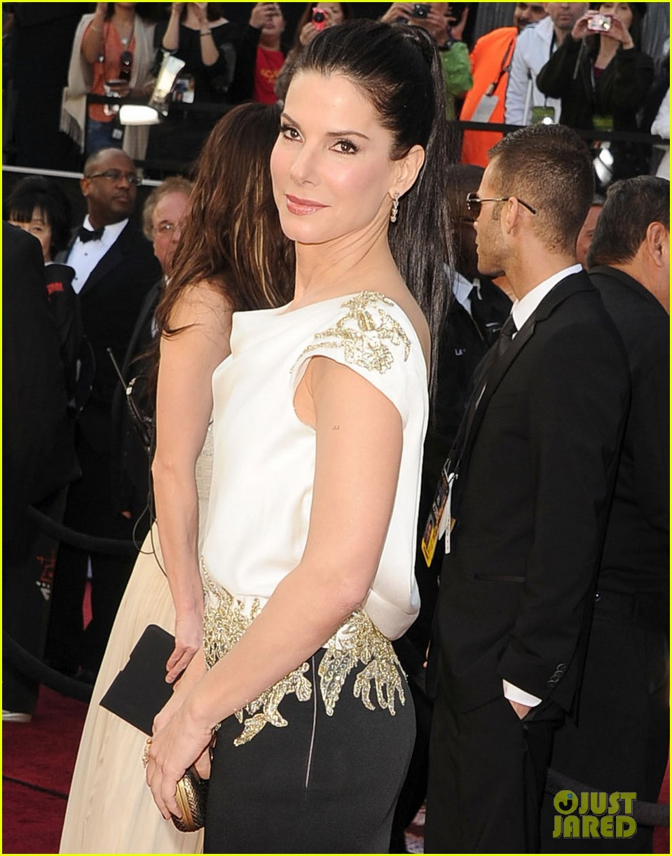 sandra bullock oscars 2012 red carpet 042633562