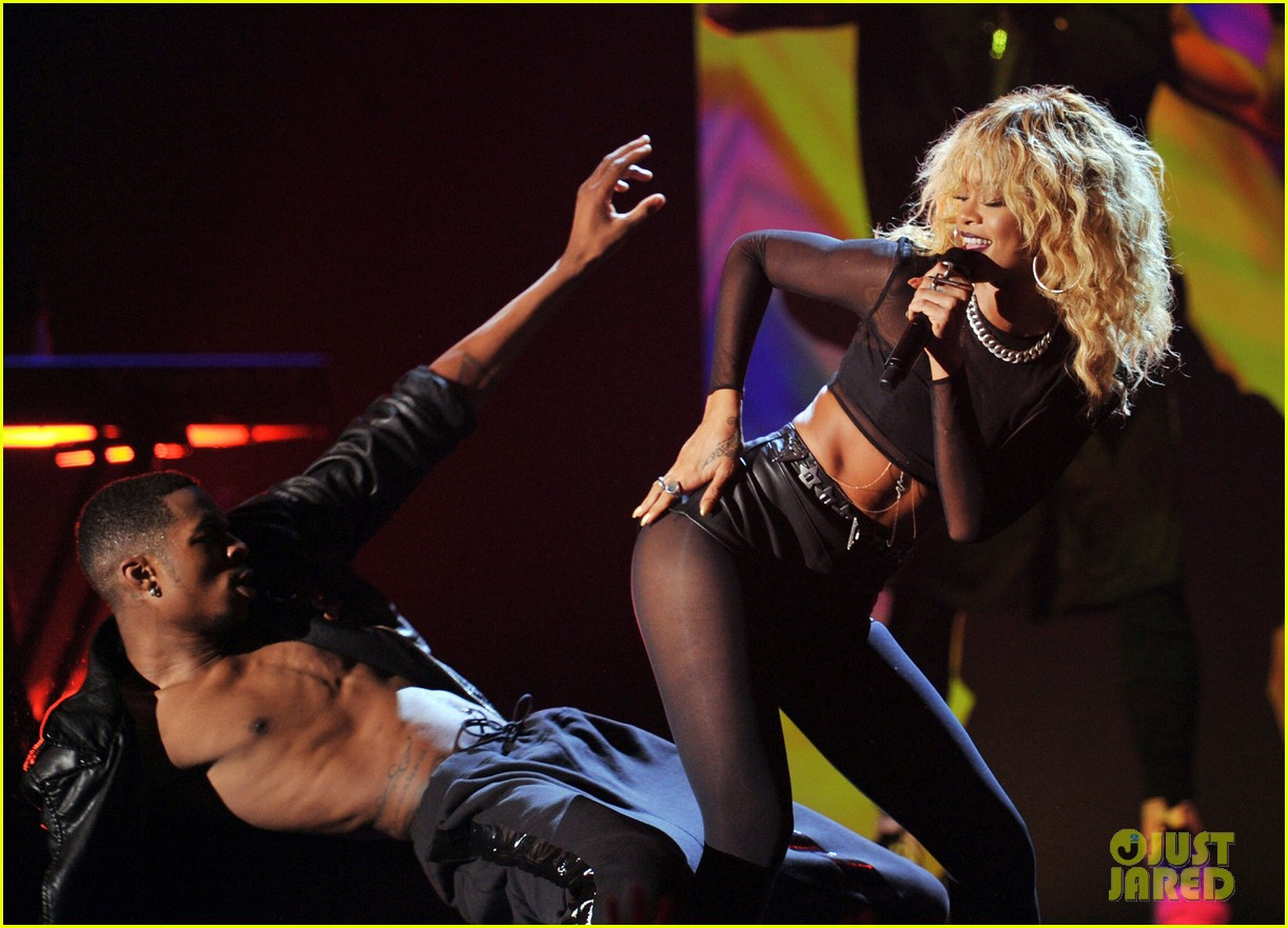 coldplay rihanna grammys performance 13