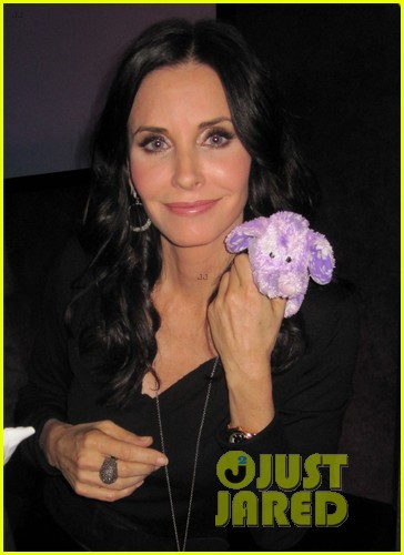 courteney cox cougar town viewing party 032627826