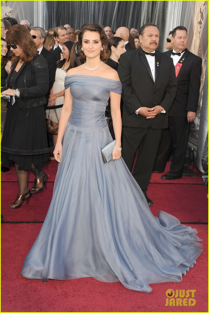 penelope cruz oscars 2012 red carpet 06