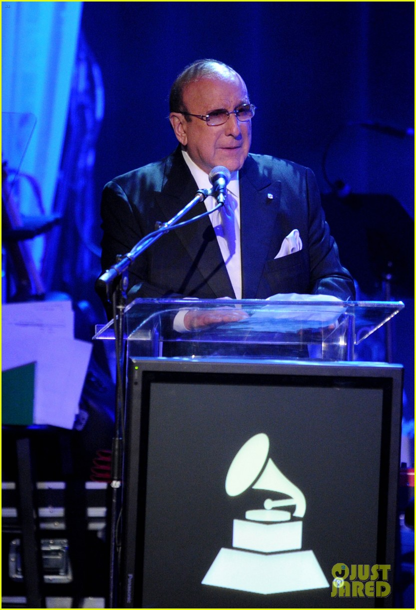clive davis holds moment of silence for whitney houston 012627812