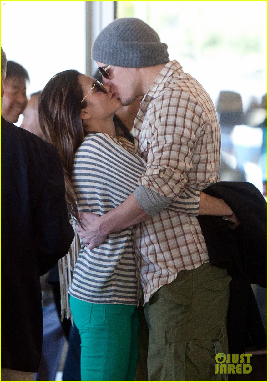 channing tatum jenna dewan airport kiss 03