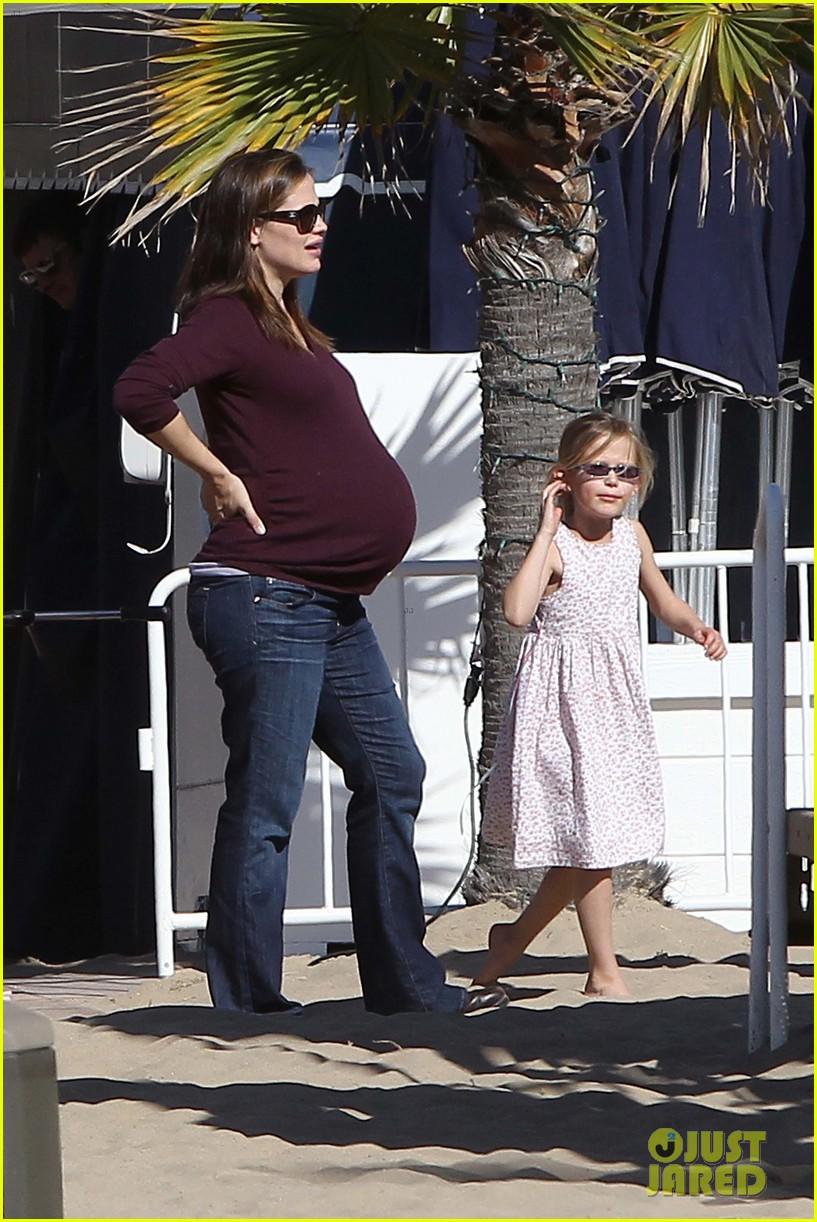 jennifer garner flaunts her baby bump 132625473