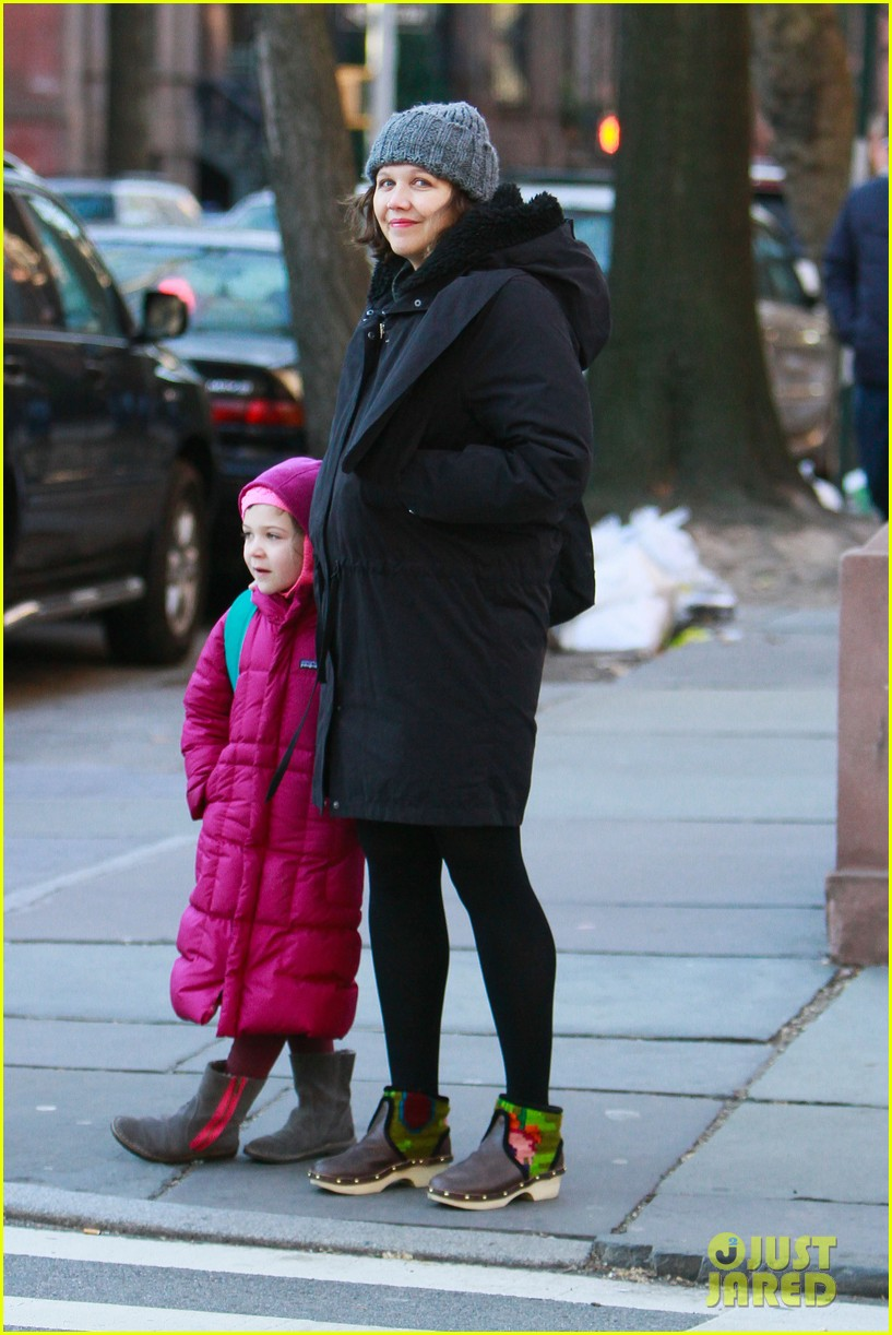 maggie gyllenhaal walks with ramona 012625009