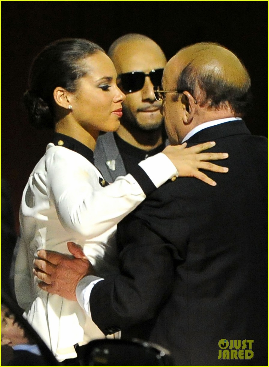 alicia keys consoles kclive davis following whitney houstons death 012627761