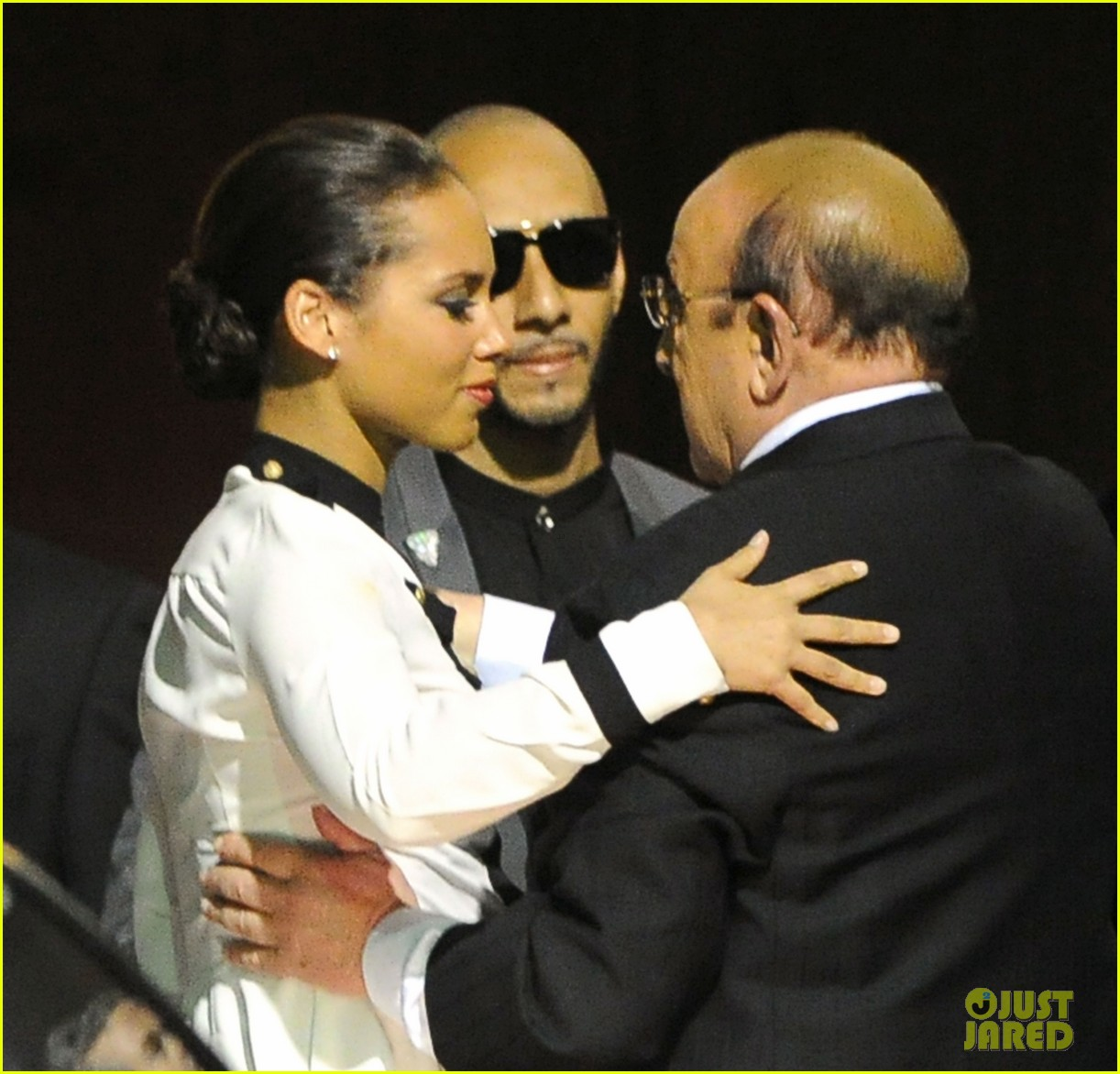 alicia keys consoles kclive davis following whitney houstons death 032627763