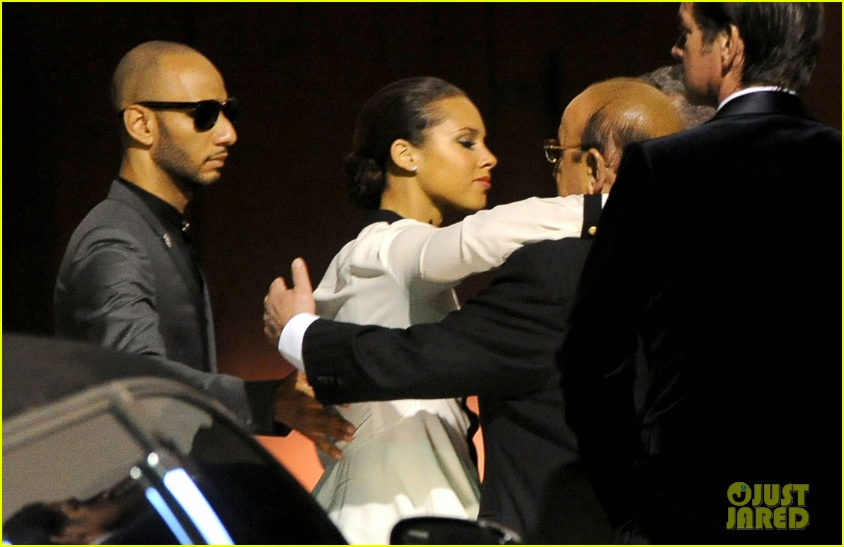 alicia keys consoles kclive davis following whitney houstons death 052627765
