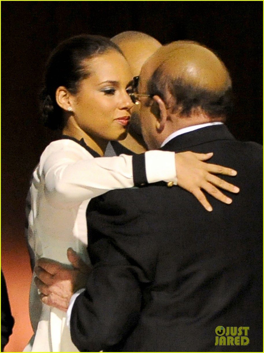 alicia keys consoles kclive davis following whitney houstons death 07