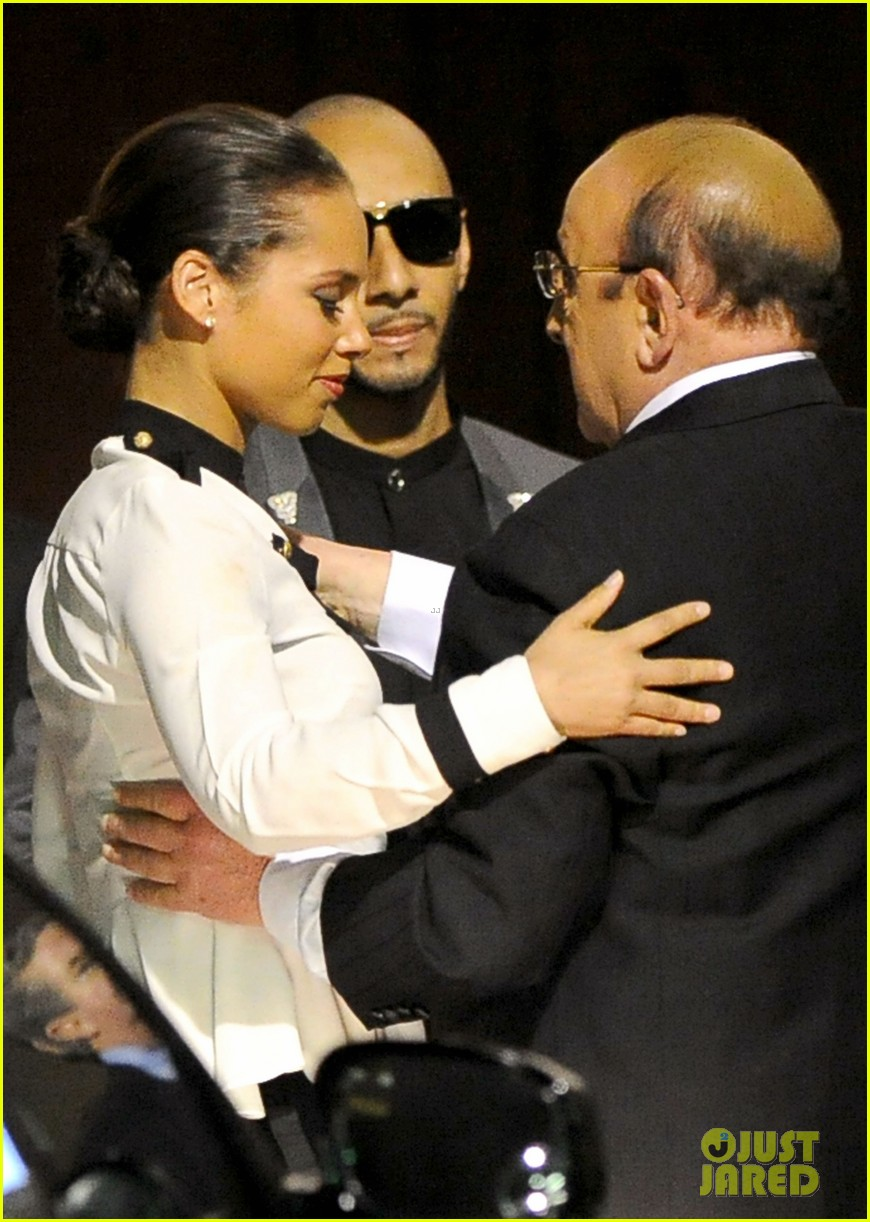 alicia keys consoles kclive davis following whitney houstons death 09