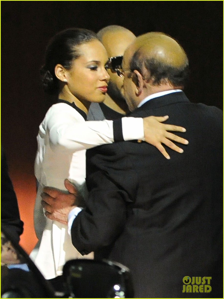 alicia keys consoles kclive davis following whitney houstons death 14