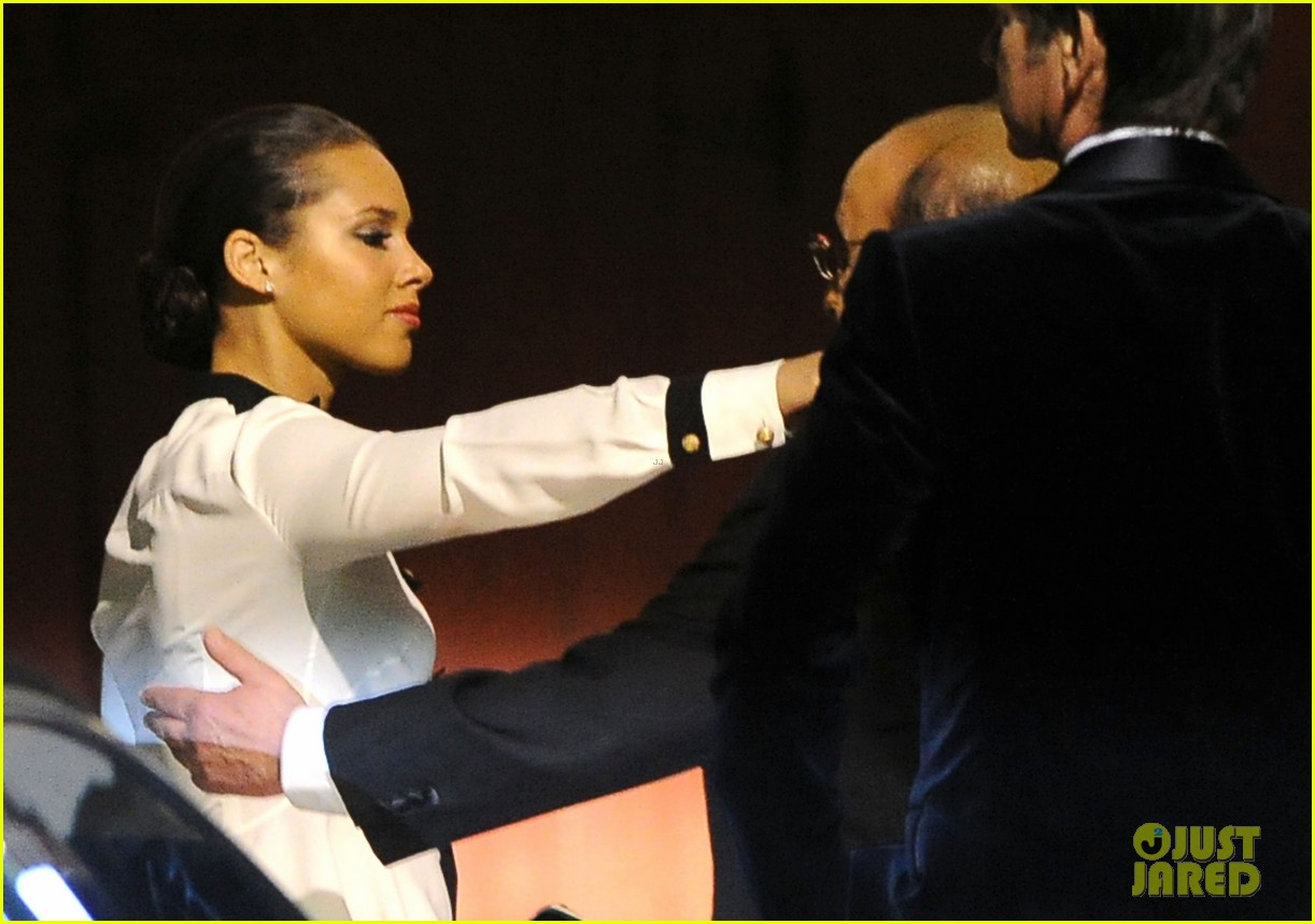 alicia keys consoles kclive davis following whitney houstons death 152627775