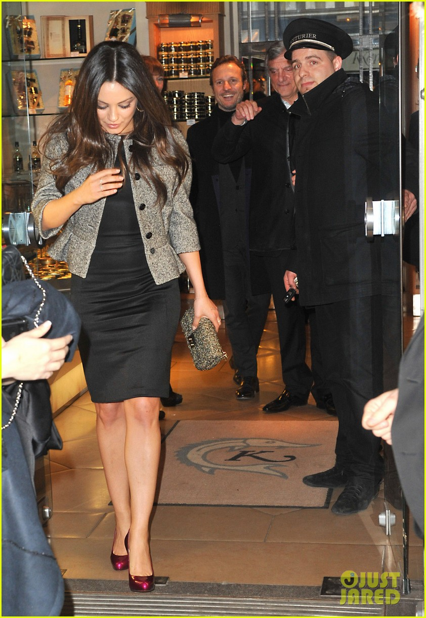 mila kunis out to dinner paris 04