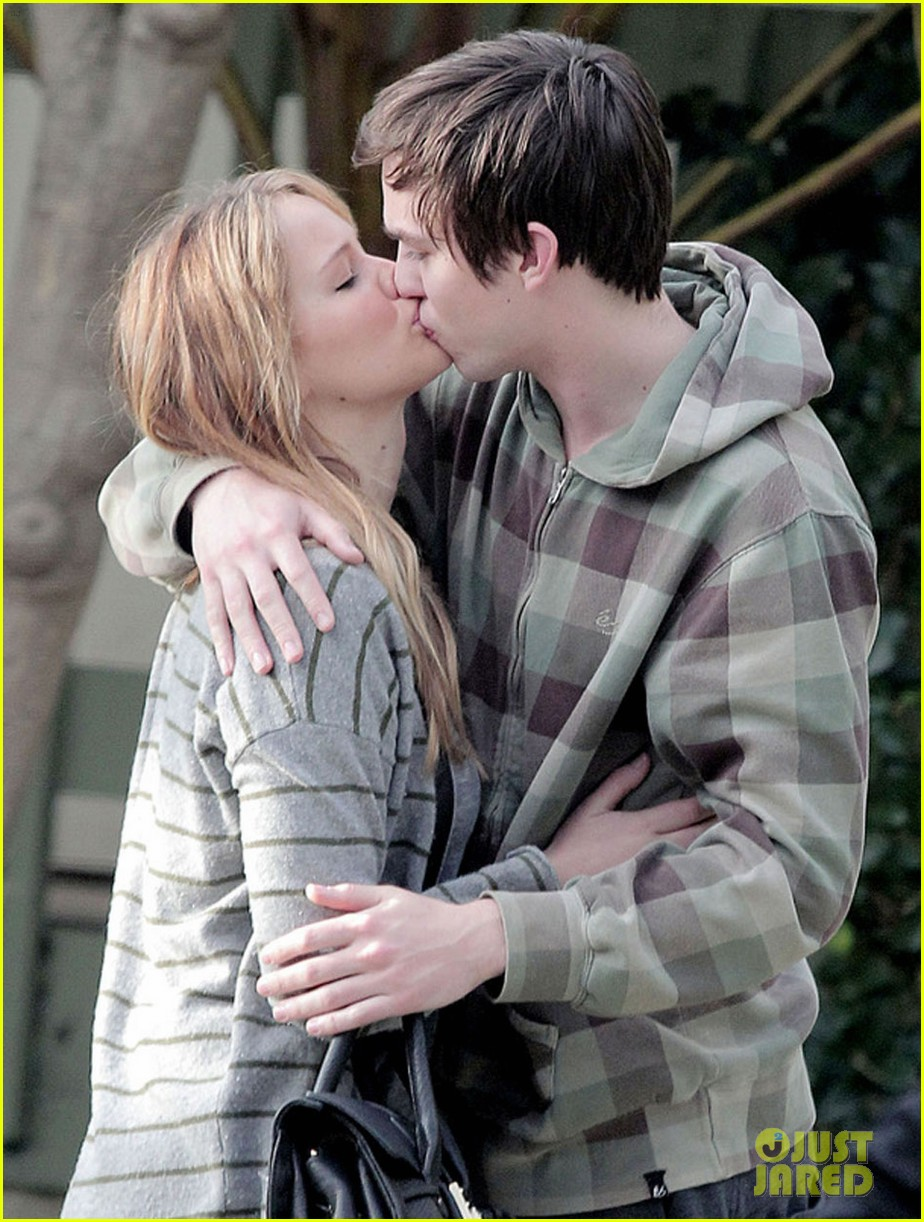 jennifer lawrence nicholas hoult kiss 04