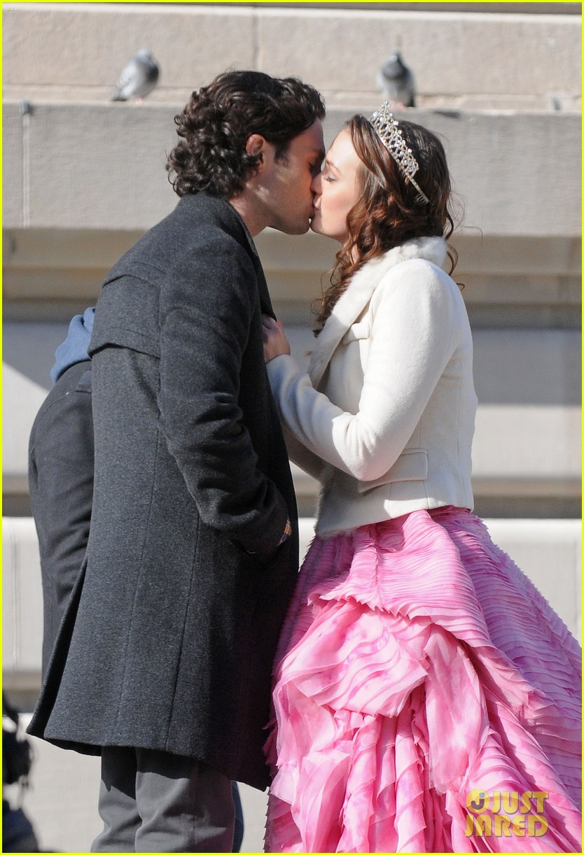 leighton meester penn badgley kiss gossip girl set 01