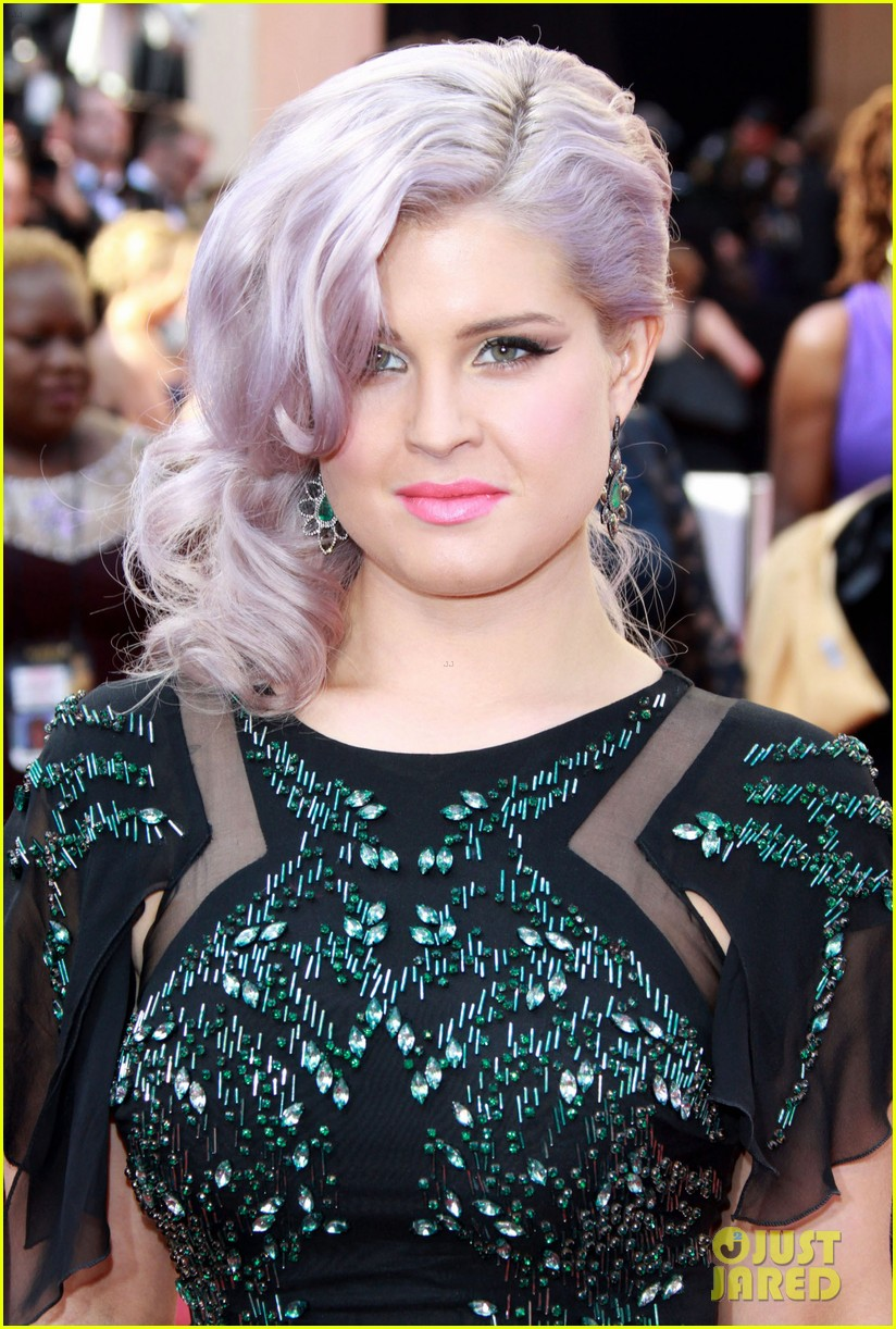 kelly osbourne oscar red carpet elton john party 092634139