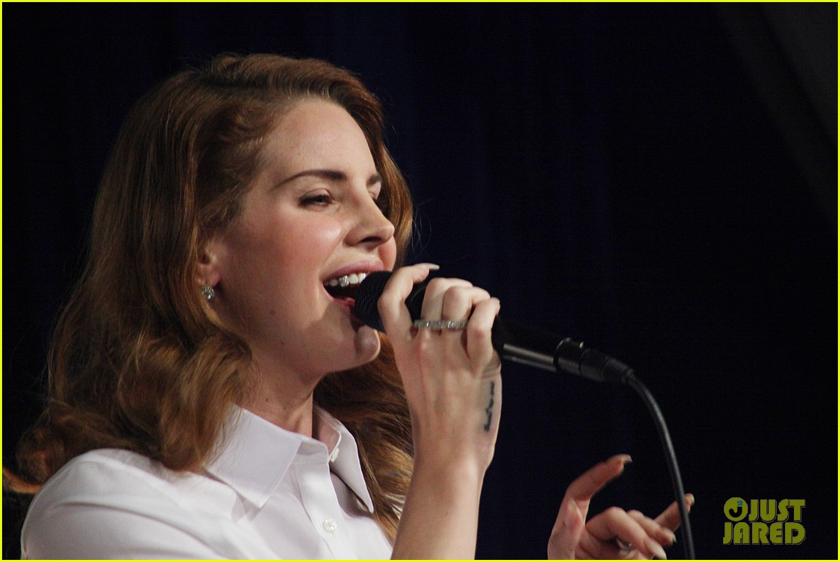 lana del rey amoeba music hollywood signing 14