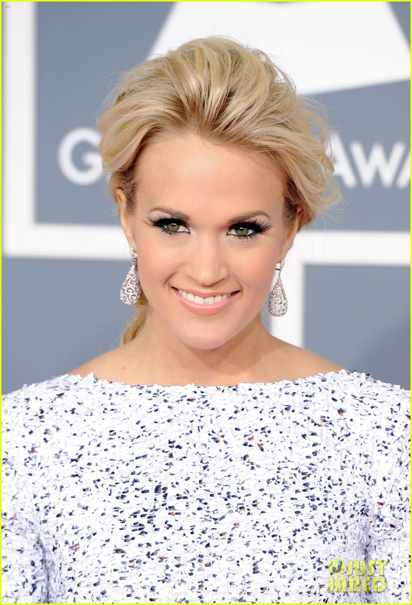 carrie underwood grammys 2012 red carpet 032628174