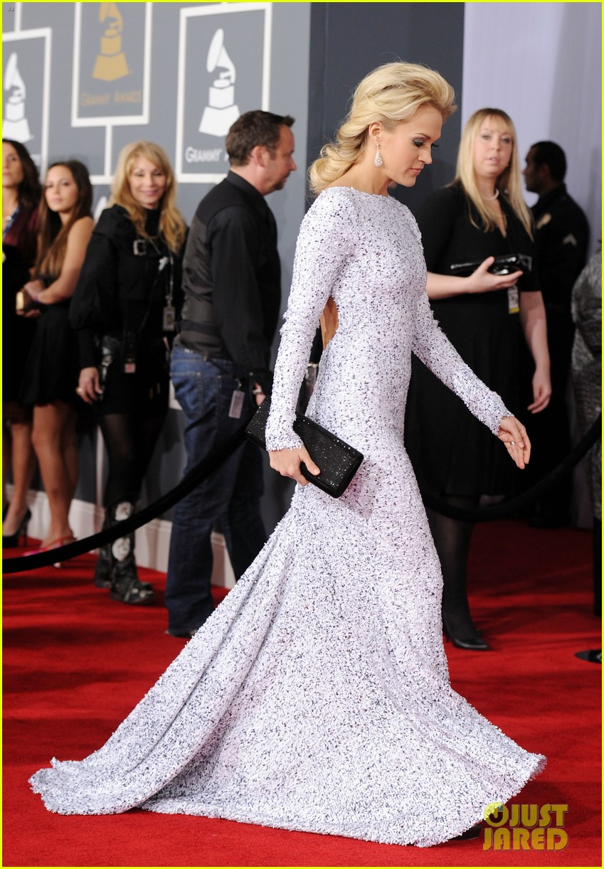 carrie underwood grammys 2012 red carpet 042628175