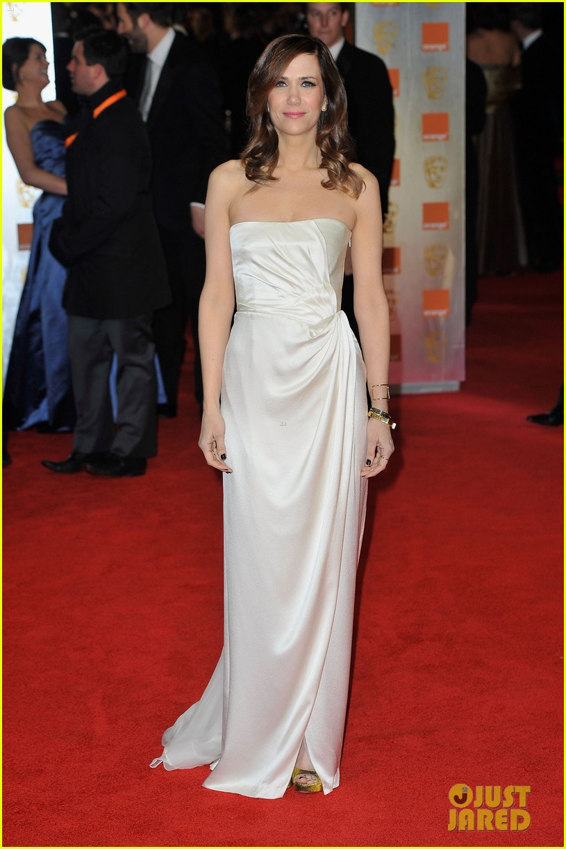 kristen wiig 2012 baftas red carpet 02