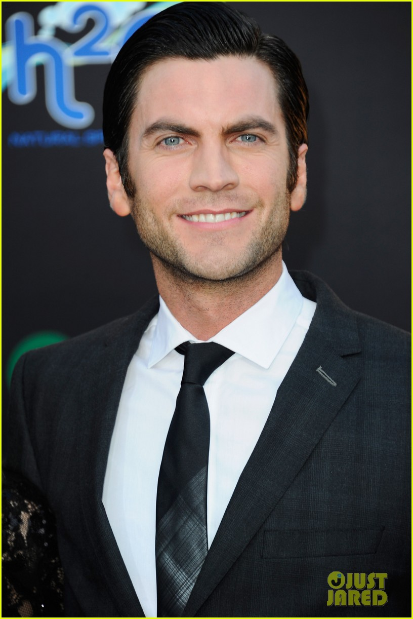 elizabeth banks wes bentley hunger games premiere 03