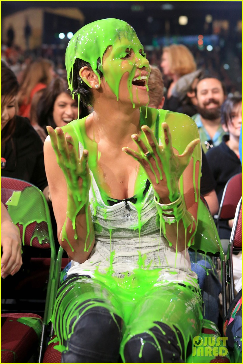halle-berry-slime-victim-at-kca-2012-03