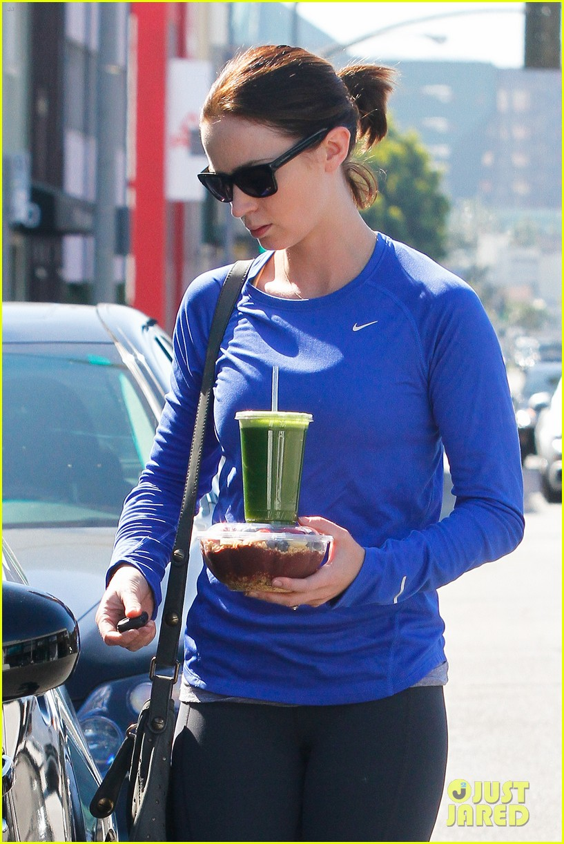 emily blunt green smoothie 052641151