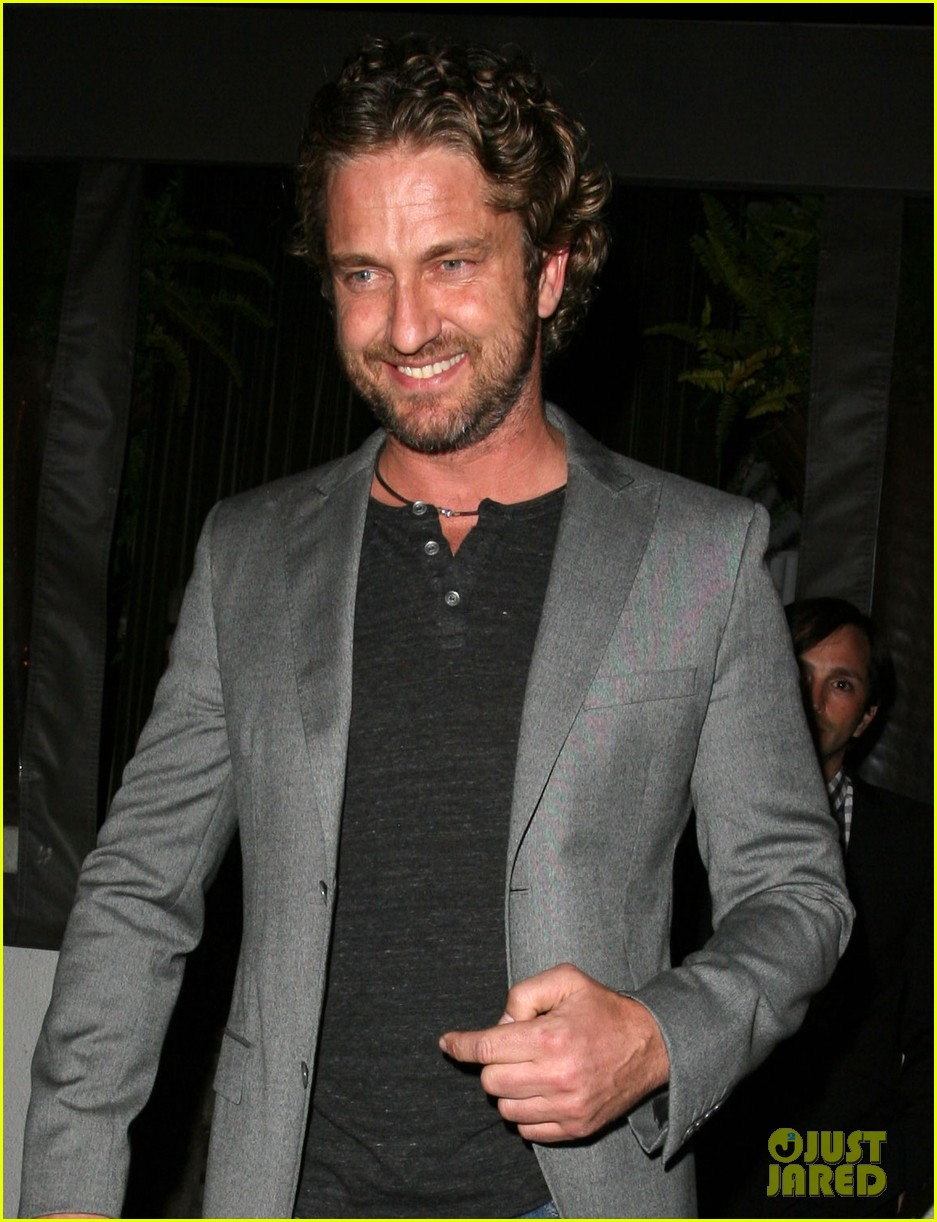 gerard butler nightclub smile 02